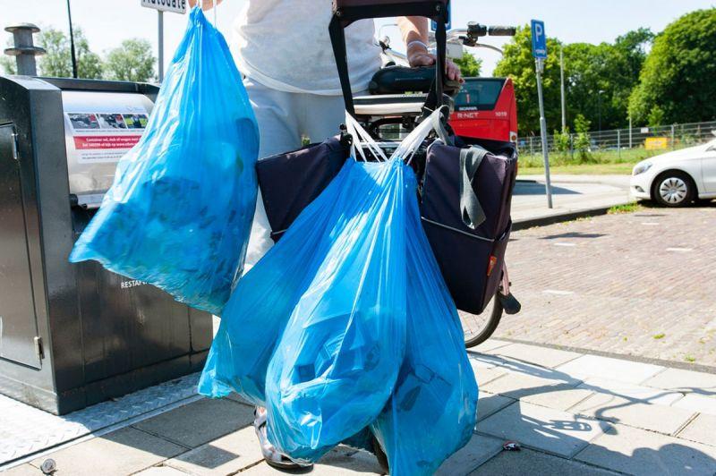 <strong>Afval wegbrengen</strong><br><p>Edam-Volendam is begonnen met het plaatsen van ondergrondse containers voor afval in de gemeente.<br />Als bewoner moet je nu exrtra je steentje bijdragen aan een schonere omgeving.</p>
