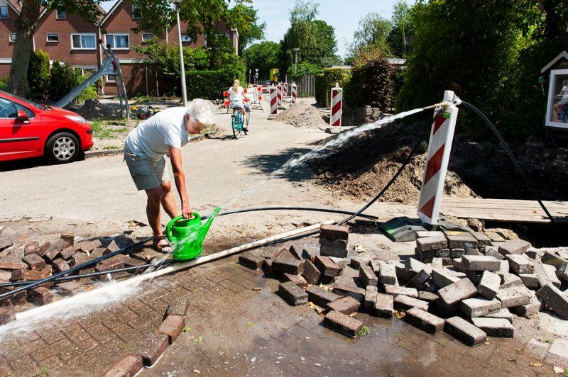 <strong>Bouwen Loenstraat Jacob Tonissenstraat</strong><br><p>Tijdens het doorspoelen van de waterleidingen liep er veel water weg. Zonde!<br />Met deze droogte kan het veel beter naar mijn tuin, dacht deze mevrouw</p>