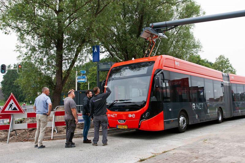 <strong>Electrische Bus</strong><br><p>Bewondering voor de nieuwe electrische bus van EBS nabij het busstation van Edam</p>