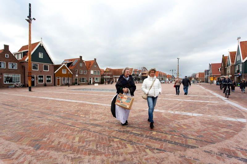 <strong>Europaplein Volendam bijna klaar</strong><br><p>Geen overvolle parkeerplaats meer maar een plein dat zijn allure moet krijgen door het in werking stellen van de fontein<br />en de gelegenheid tot het uitbaten van gezellige terrasjes.</p><br><p></p>