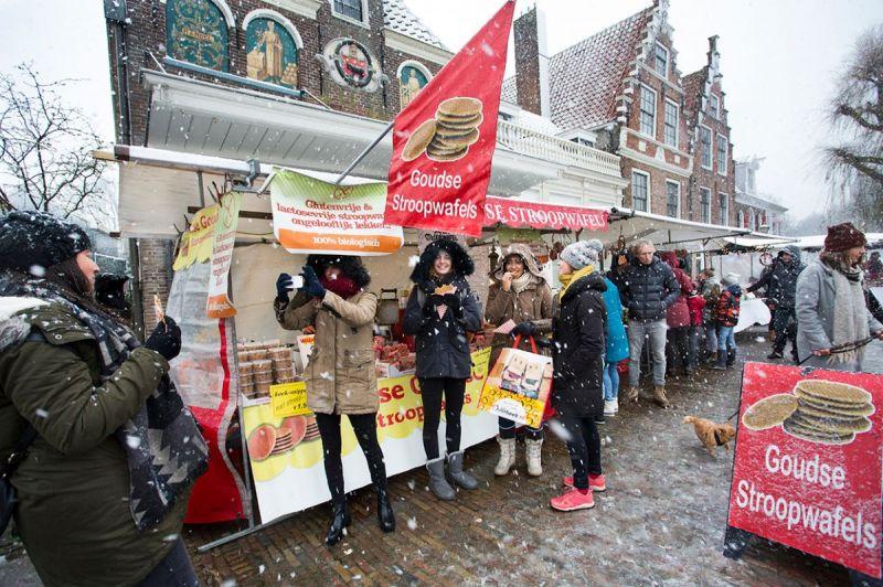 <strong>Kerstmark</strong><br><p>Een echte kerstmarkt met echte sneeuw voor deze buitenlandse touristen op de kaasmarkt.</p>