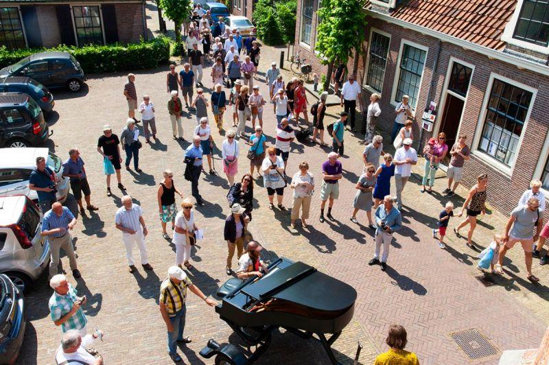 <strong>Pianowandeling</strong><br><p>Ieder jaar organiseert de Stichting Piano Edam een unieke wandeling langs een twintigtal locaties in de binnenstad met een slotconcert in de Grote Kerk.</p>